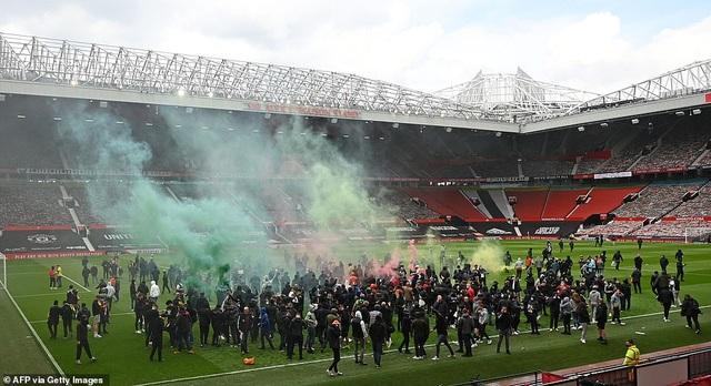 Old Trafford vỡ sân vì nhóm cổ động viên quá khích của Man Utd - 14