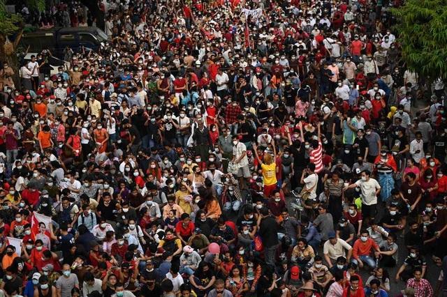 4 người biểu tình thiệt mạng ở Myanmar, tòa nhà chính phủ bị ném bom tự chế - 1