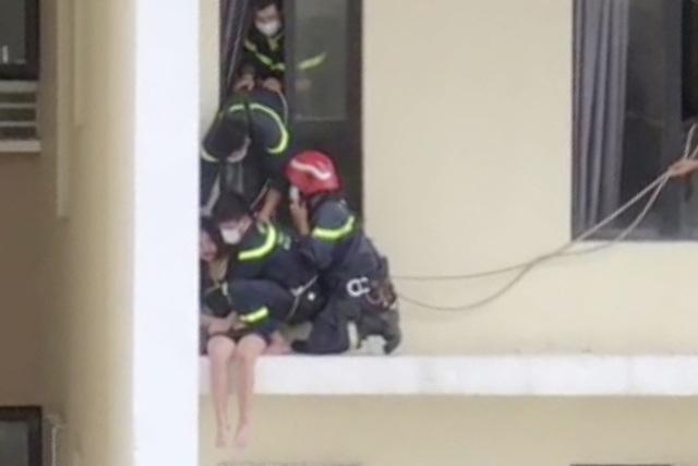 Cảnh sát cứu cô gái có ý định lầu tự tử từ tầng 18 chung cư - 1