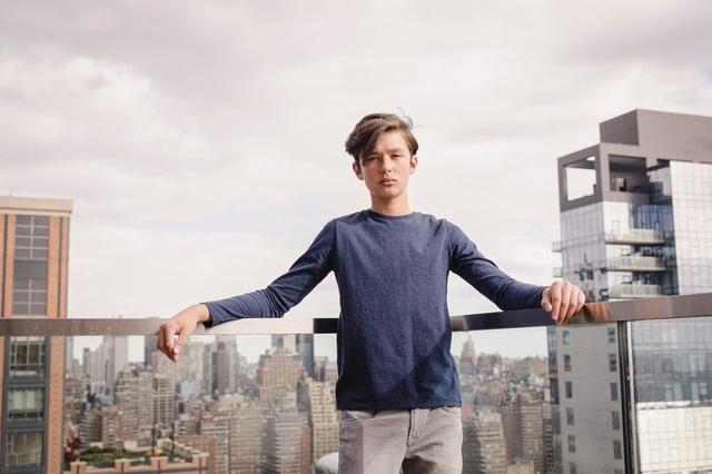 Cậu bé tự kỷ trở thành người mẫu của những hãng thời trang hàng đầu - 1