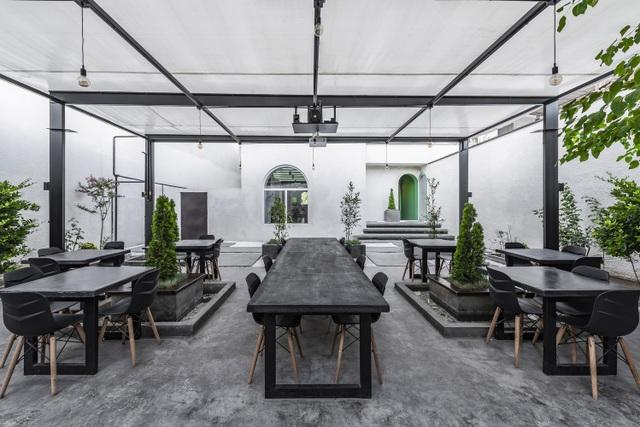 Quán cà phê lênh đênh xanh mát, khách ngồi thưởng trà giữa hồ bơi - 7