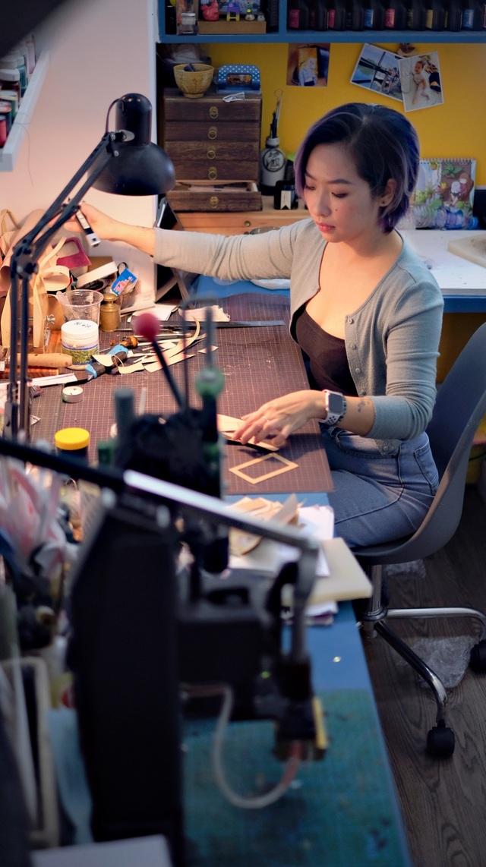 Bỏ lương nghìn đô, cô gái Hà Nội khởi nghiệp với nghề điêu khắc da bò - 7
