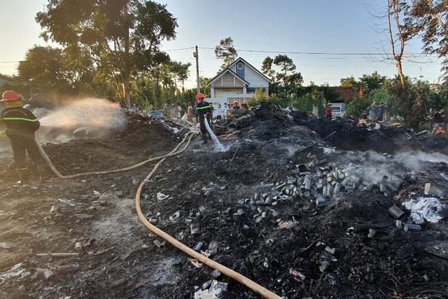 Bãi chứa phế liệu nằm trong khu dân cư bốc cháy ngùn ngụt - 3