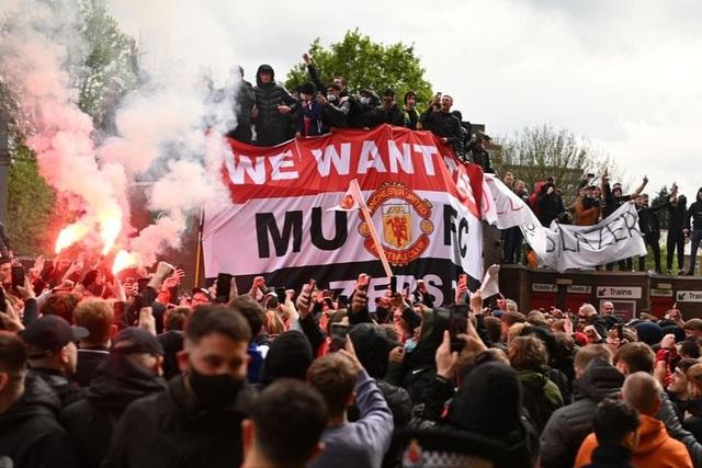 Người hâm mộ làm loạn, trận Man Utd gặp Liverpool bị hủy - 1
