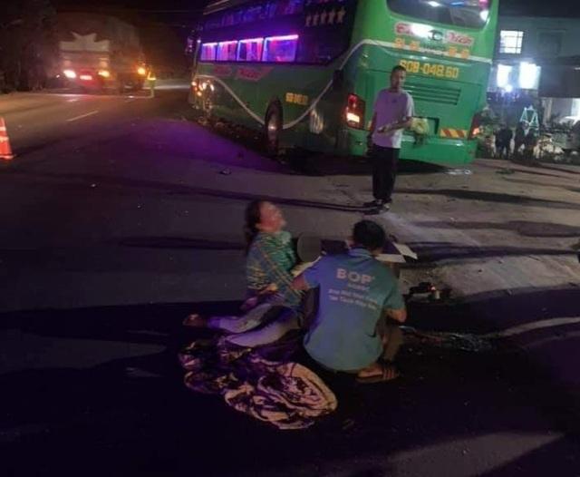 Người thân gào khóc bên thi thể bé trai 12 tuổi tử nạn trên đường - 1