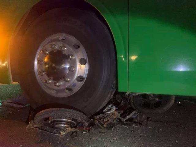 Người thân gào khóc bên thi thể bé trai 12 tuổi tử nạn trên đường - 2