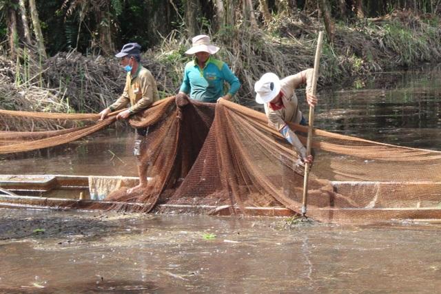 Xem người dân miền Tây bắt cả trăm ký cá đầy sáng tạo  - 6