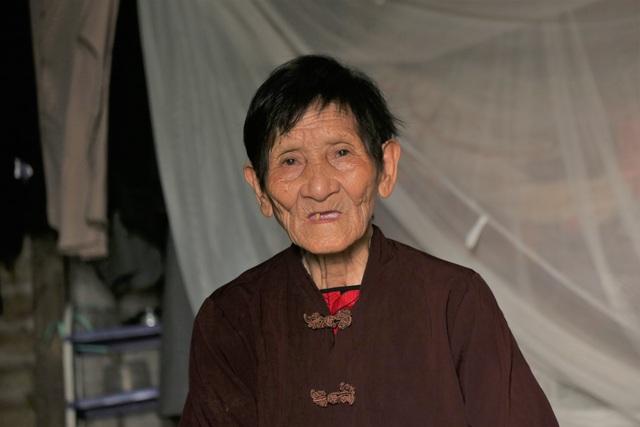 Hà Nội: Sống tròn một thế kỷ, cụ bà vẫn mưu sinh dưới nắng nóng 35 độ C - 3