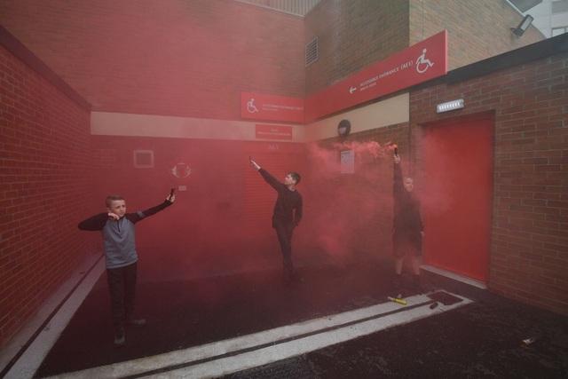 Người hâm mộ làm loạn, trận Man Utd gặp Liverpool bị hủy - 7