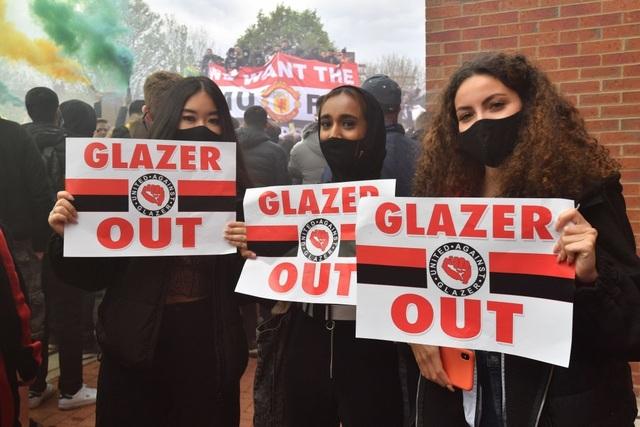 Người hâm mộ làm loạn, trận Man Utd gặp Liverpool bị hủy - 2
