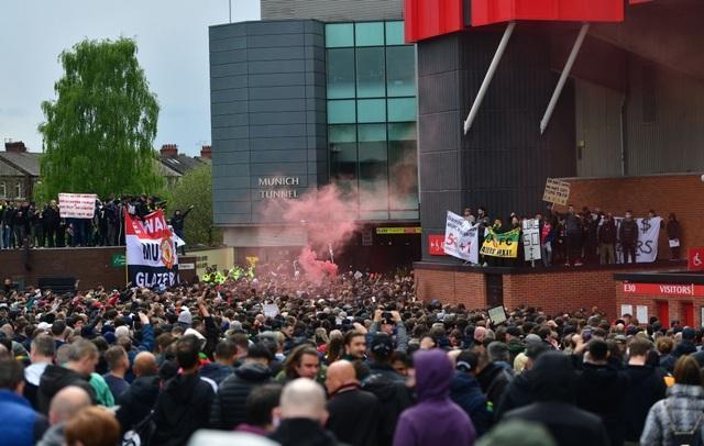 Người hâm mộ làm loạn, trận Man Utd gặp Liverpool bị hủy - 5