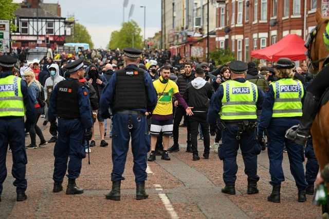 Người hâm mộ làm loạn, trận Man Utd gặp Liverpool bị hủy - 11