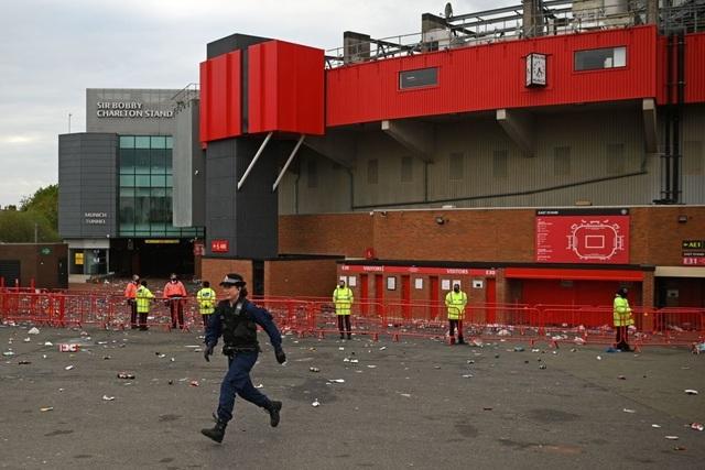 Người hâm mộ làm loạn, trận Man Utd gặp Liverpool bị hủy - 14