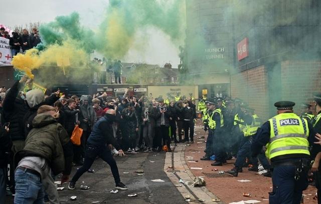 Người hâm mộ làm loạn, trận Man Utd gặp Liverpool bị hủy - 13