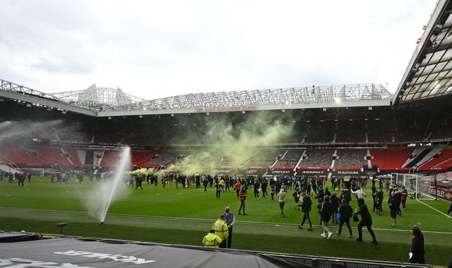 Người hâm mộ làm loạn, trận Man Utd gặp Liverpool bị hủy - 8