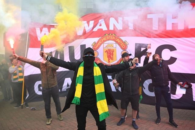 Người hâm mộ làm loạn, trận Man Utd gặp Liverpool bị hủy - 4