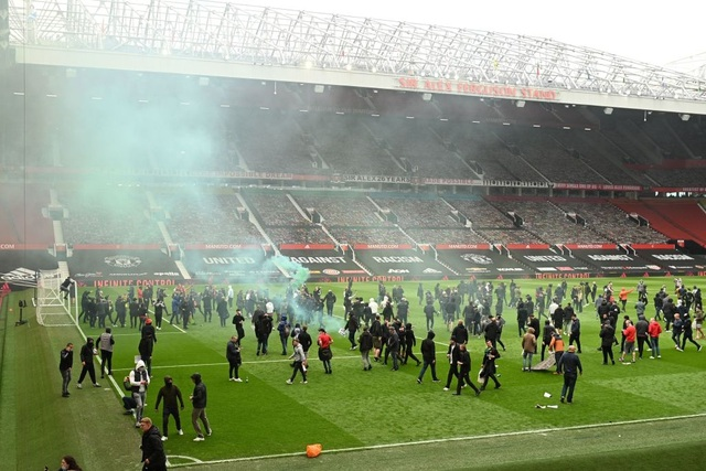 Người hâm mộ làm loạn, trận Man Utd gặp Liverpool bị hủy - 9