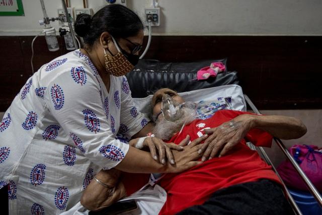 Ấn Độ có ngày chết chóc kỷ lục, Anh cứu trợ thêm 1.000 máy thở - 1