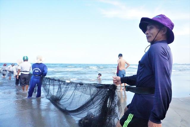 Kiếm tiền triệu mỗi ngày bằng nghề đi giật lùi ở biển - 1