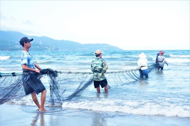 Kiếm tiền triệu mỗi ngày bằng nghề đi giật lùi ở biển - 4