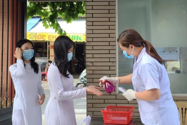 Đi du lịch về, phụ huynh TP.HCM vội vàng khai báo y tế - 1