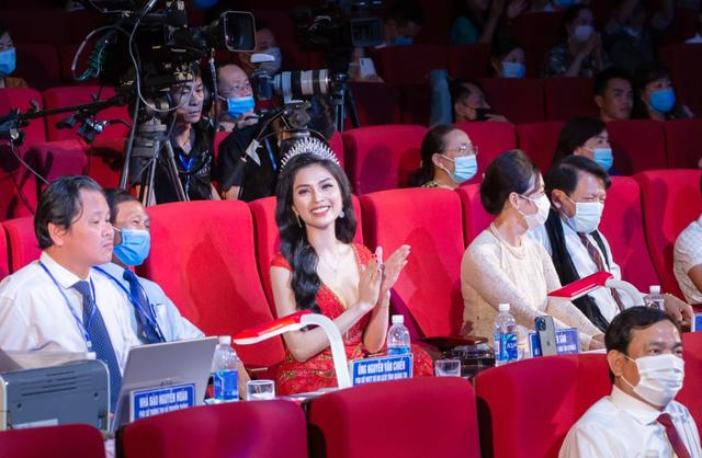 MC Kim Huyền Sâm đẹp gợi cảm bên thí sinh Đại sứ du lịch Quảng Trị - 3