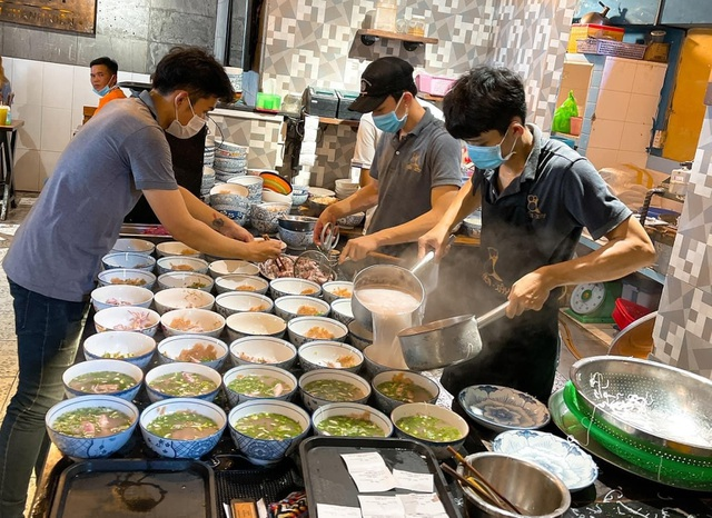 Chủ quán bún quậy Phú Quốc tiết lộ cái tên lạ và bí kíp bán 200 bát/giờ - 2