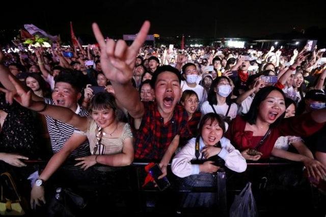 Dân Vũ Hán không đeo khẩu trang tưng bừng trong sự kiện âm nhạc lớn  - 2