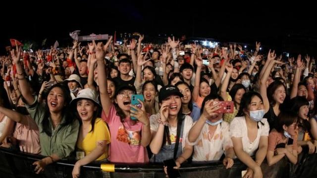 Dân Vũ Hán không đeo khẩu trang tưng bừng trong sự kiện âm nhạc lớn  - 3