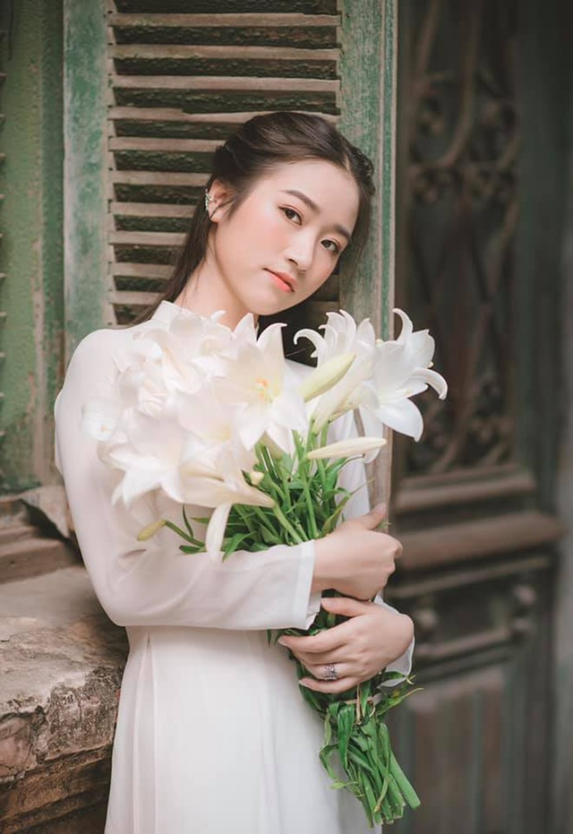 Thiếu nữ ghi điểm với vẻ đẹp mộc mạc bên hoa loa kèn - 1