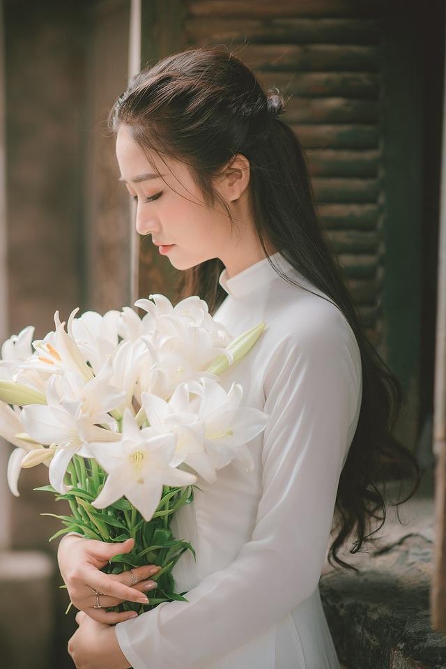 Thiếu nữ ghi điểm với vẻ đẹp mộc mạc bên hoa loa kèn - 10