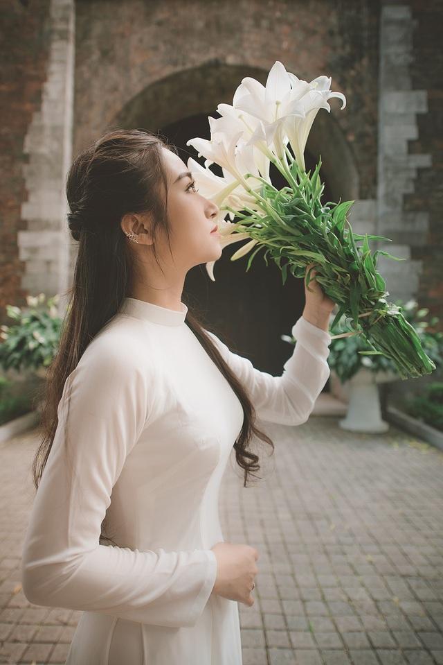 Thiếu nữ ghi điểm với vẻ đẹp mộc mạc bên hoa loa kèn - 11
