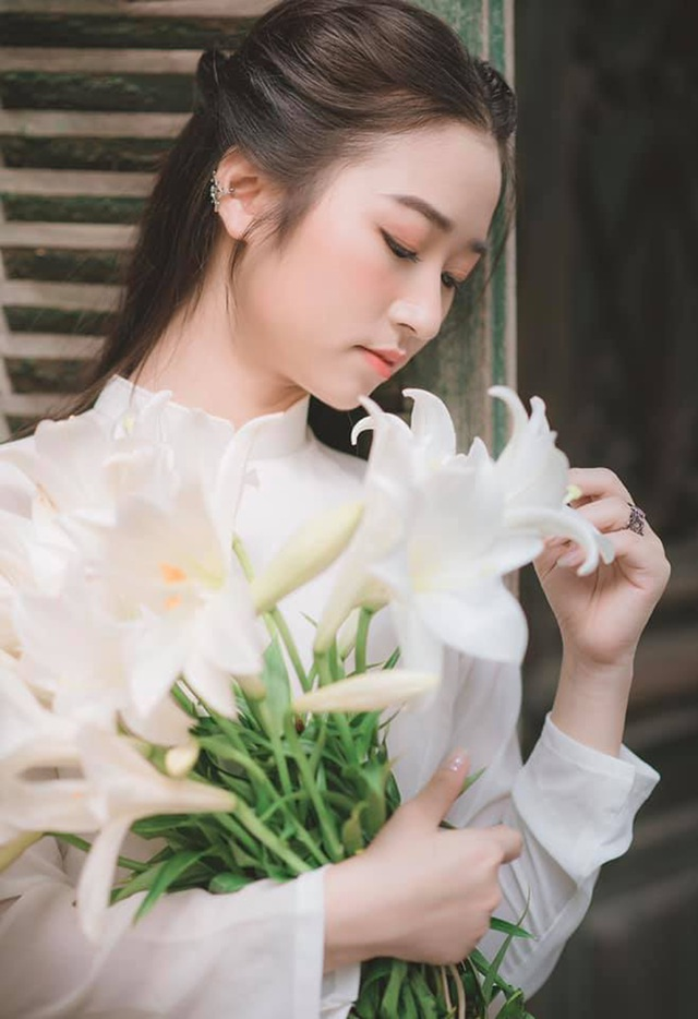 Thiếu nữ ghi điểm với vẻ đẹp mộc mạc bên hoa loa kèn - 12
