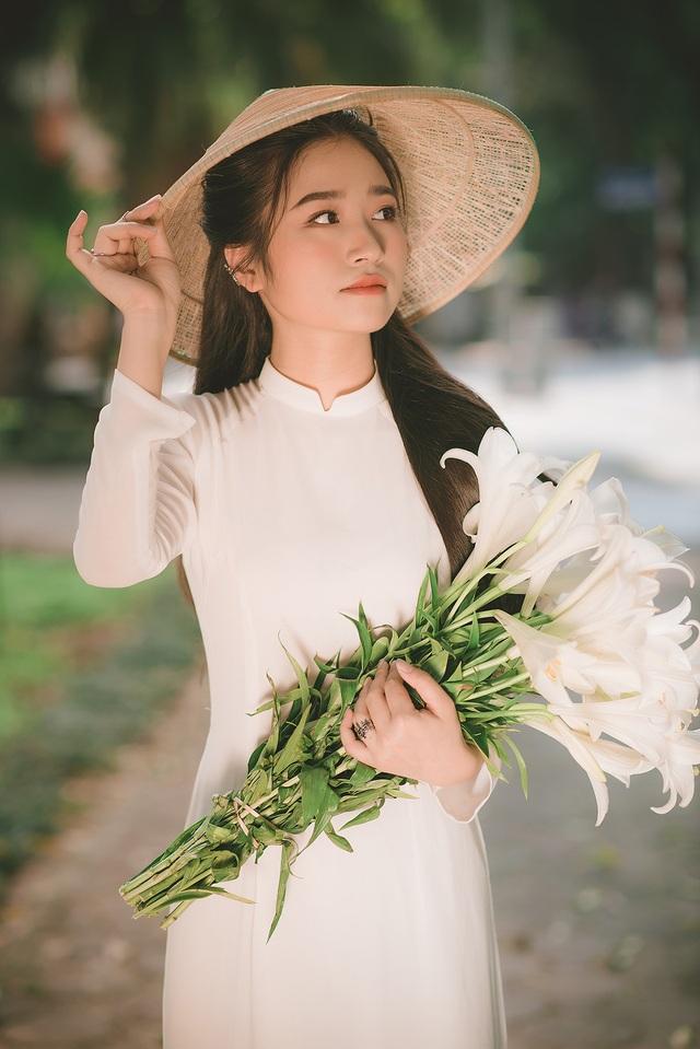Thiếu nữ ghi điểm với vẻ đẹp mộc mạc bên hoa loa kèn - 4