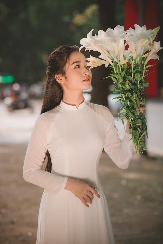 Thiếu nữ ghi điểm với vẻ đẹp mộc mạc bên hoa loa kèn - 7