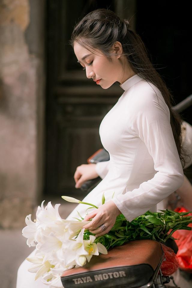 Thiếu nữ ghi điểm với vẻ đẹp mộc mạc bên hoa loa kèn - 8