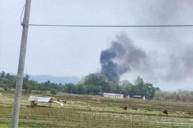 Trực thăng quân đội Myanmar bị bắn rơi - 1