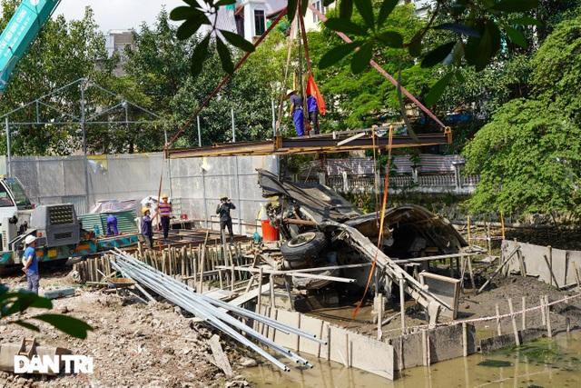 Cảnh cần cẩu nhấc bổng xác pháo đài bay B-52 dưới đáy hồ lên bờ ở Hà Nội - 2