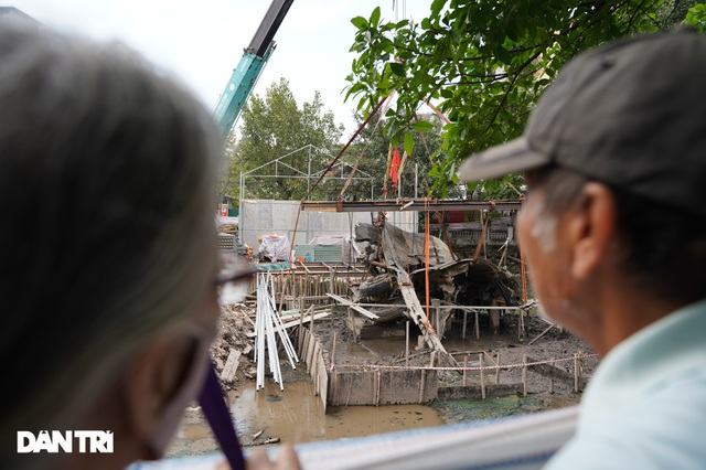 Cảnh cần cẩu nhấc bổng xác pháo đài bay B-52 dưới đáy hồ lên bờ ở Hà Nội - 10