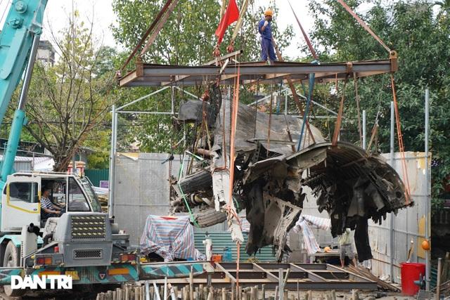 Cảnh cần cẩu nhấc bổng xác pháo đài bay B-52 dưới đáy hồ lên bờ ở Hà Nội - 7