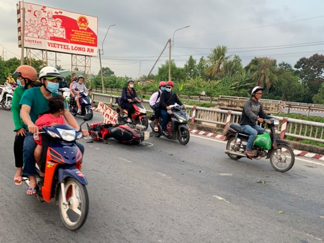 Hai thanh niên tử vong trên đường trở lại Sài Gòn sau nghỉ lễ - 1
