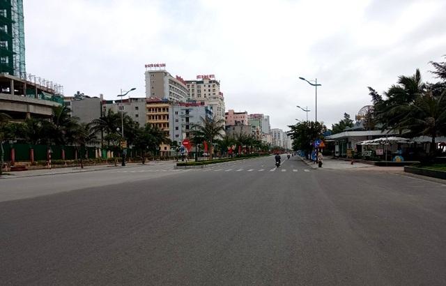 Biển Sầm Sơn vắng lặng, hàng loạt người bị xử phạt vì không đeo khẩu trang - 5