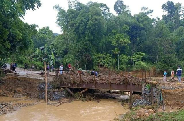Mưa lũ gây sạt lở cầu đường, ngập nhà dân - 4