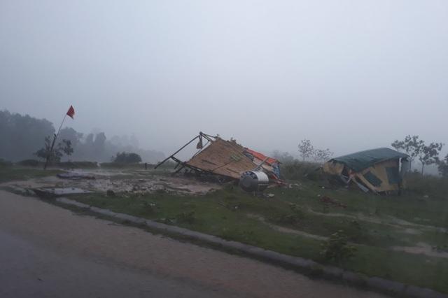 Quảng Trị:  Lốc xoáy làm đổ gần 50 nhà dân, ngã chốt phòng dịch Covid-19 - 3