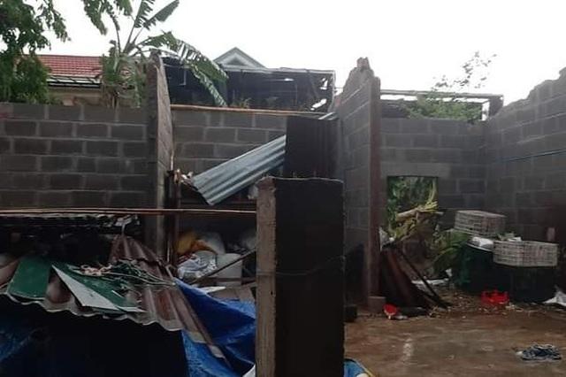 Quảng Trị:  Lốc xoáy làm đổ gần 50 nhà dân, ngã chốt phòng dịch Covid-19 - 1