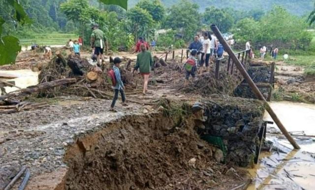Mưa lũ gây sạt lở cầu đường, ngập nhà dân - 2