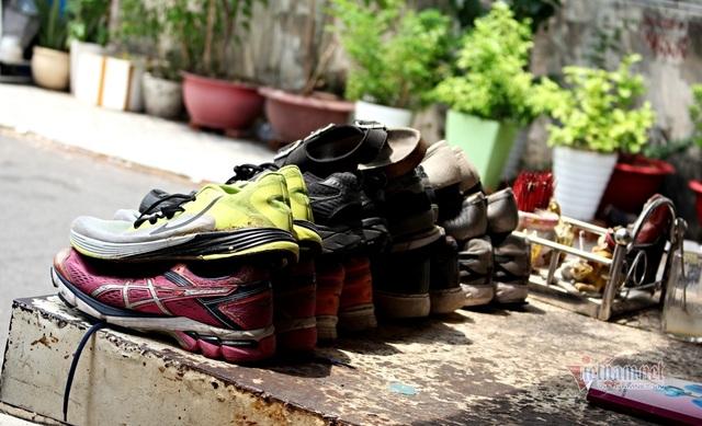 20 năm ngồi vỉa hè sửa chữa, tặng giày dép cho người nghèo - 3