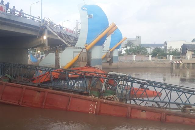 Sà lan hàng trăm tấn bị chìm khi cố chui qua cống chống ngập - 2