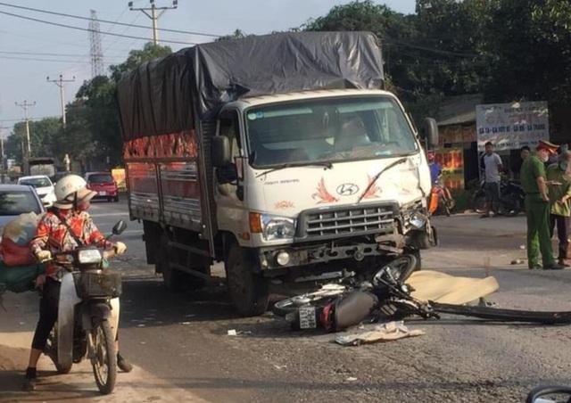 Va chạm với xe tải, 2 thanh niên đi xe máy tử vong tại chỗ - 1