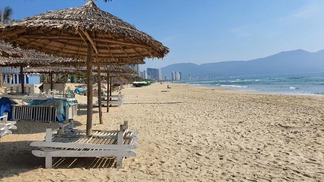 Bãi biển Đà Nẵng vắng người sau lệnh cấm - 3